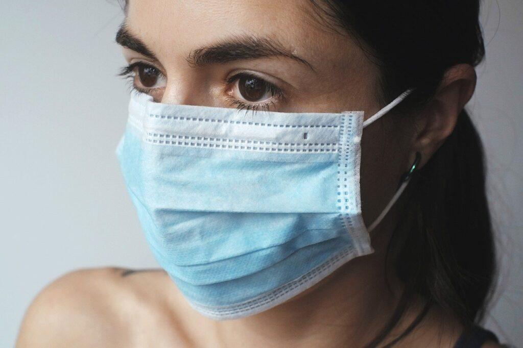 Hvordan bruger jeg bedst mundskærm, visir og mundbind?