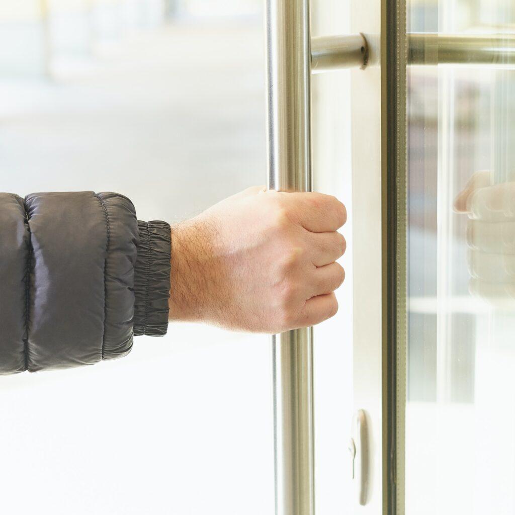 Låst ude arbejde, bestil låsesmed og dækker arbejdsgiver låsesmed
